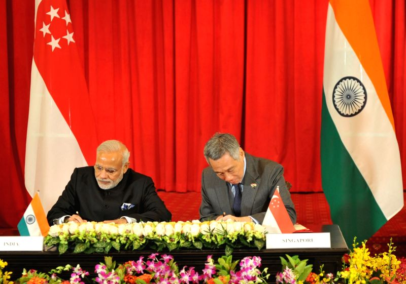 Prime Minister Narendra Modi and the Prime Minister of Singapore, Lee Hsien Loong, during the agreement signing ceremony, in Istana, Singapore on Nov 24, 2015. - Narendra Modi