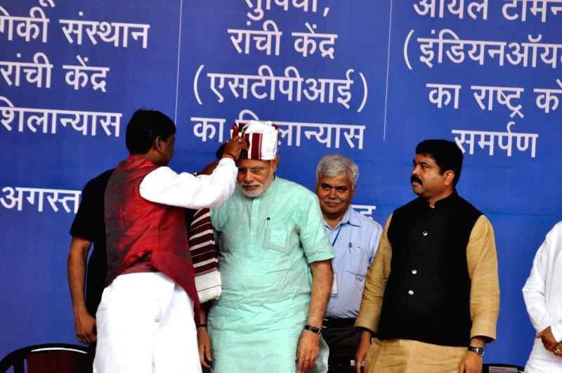 Prime Minister Narendra Modi  being felicitated by BJP leader Arjun Munda during inauguration of 765kV Ranchi-Dharamjaygarh-Sipat Inter-regional transmission line, National Digital Literacy Mission, . - Narendra Modi and Arjun Munda
