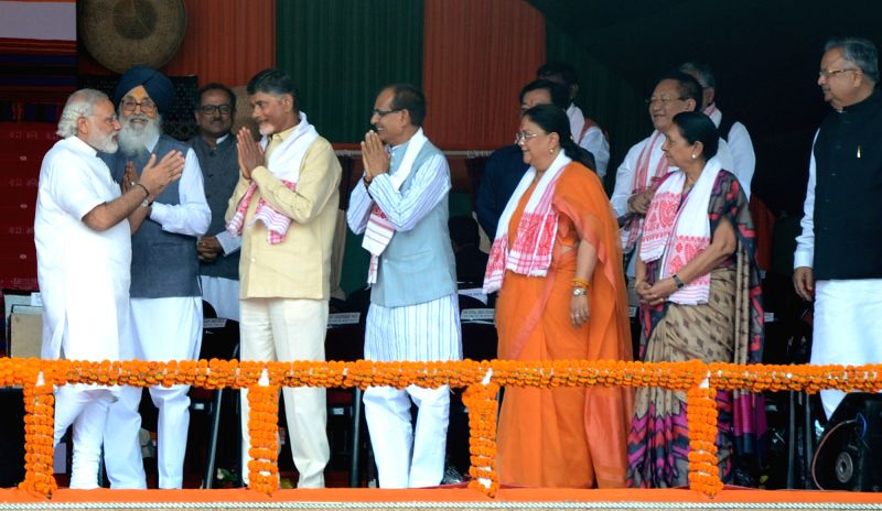 Prime Minister Narendra Modi being greeted by Chief Ministers Parkash Singh Badal, N Chandrababu Naidu, Shivraj Singh Chouhan, Vasundhara Raje and Anandiben Patel during swearing-in ... - Narendra Modi, Parkash Singh Badal, N Chandrababu Naidu, Shivraj Singh Chouhan, Vasundhara Raje and Anandiben Patel