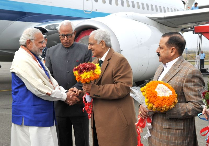 :Prime Minister Narendra Modi being received by the Governor of Jammu and Kashmir, N.N. Vohra, the Minister of State for Development of North Eastern Region (I/C), Prime Minister's Office, ... - Narendra Modi