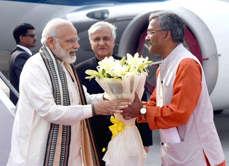 Prime Minister Narendra Modi being welcomed by Uttarakhand Governor Dr. Krishan Kant Paul, on his arrival, at Dehradun, in Uttarakhand on May 3, 2017. - Narendra Modi