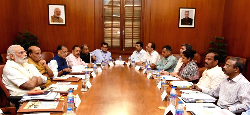 Prime Minister Narendra Modi chairs a high level meeting on drought situation with the Jharkhand Chief Minister Raghubar Das, in New Delhi on May 14, 2016. - Narendra Modi