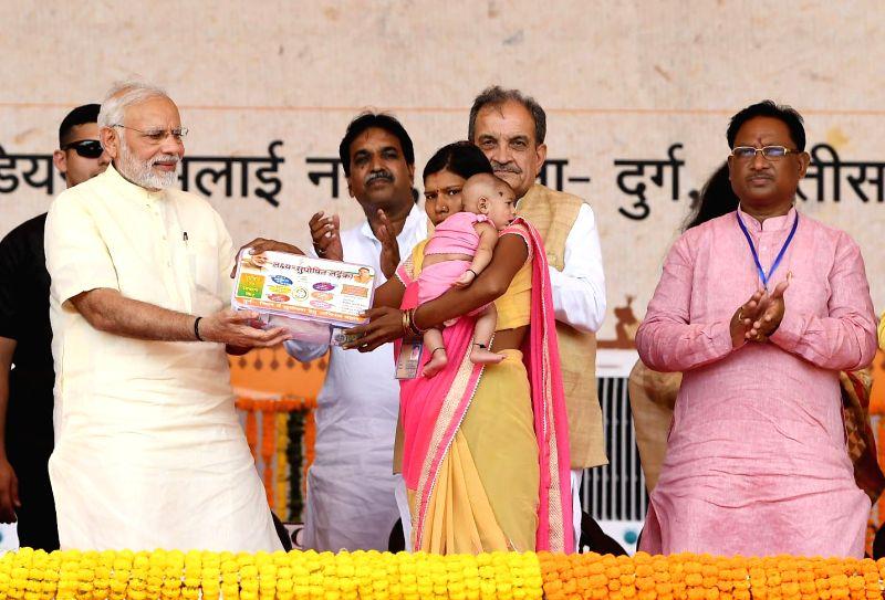Prime Minister Narendra Modi during a programme in Bhilai, Raipur on June 14, 2018. Also seen Union Steel Minister Chaudhary Birender Singh, Chhattisgarh Chief Minister Raman Singh, Union MoS ... - Narendra Modi, Chaudhary Birender Singh, Raman Singh and Manoj Sinha
