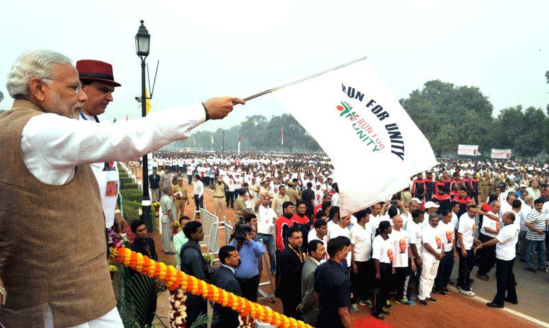 Prime Minister Narendra Modi flagging off the Run for Unity on Rashtriya Ekta Diwas, at Rajpath, in New Delhi on October 31, 2015. - Narendra Modi