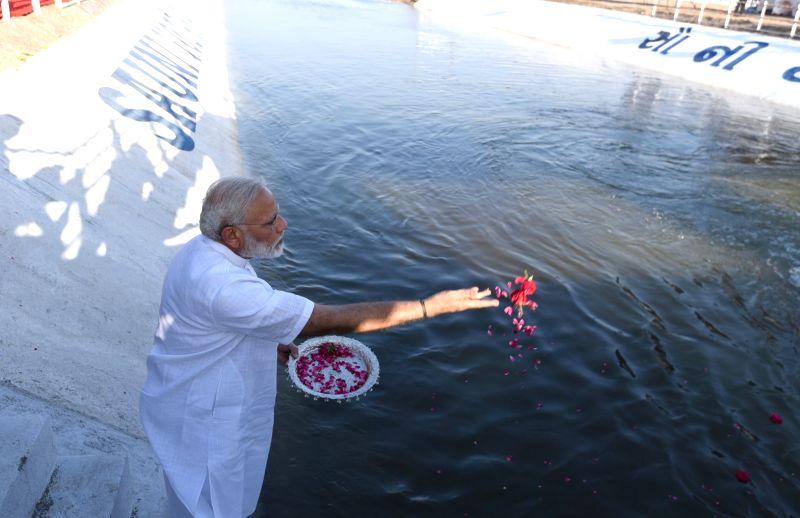 Prime Minister Narendra Modi inaugurates the Link-II of SAUNI Yojana by offering flower petals, at Botad, in Gujarat on April 17, 2017. - Narendra Modi