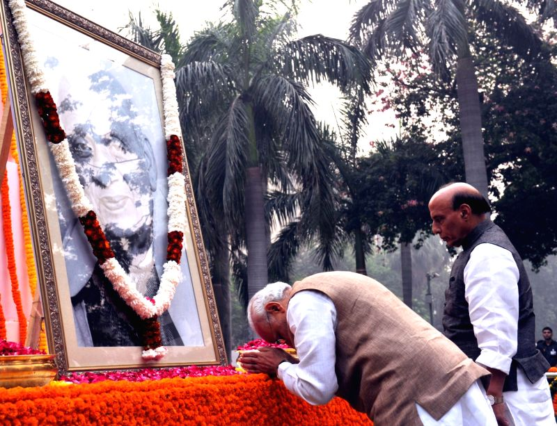 Prime Minister Narendra Modi paying floral tribute to Sardar Vallabhbhai Patel on Rashtriya Ekta Diwas, at Patel Chowk, in New Delhi on October 31, 2015. - Narendra Modi and Sardar Vallabhbhai Patel