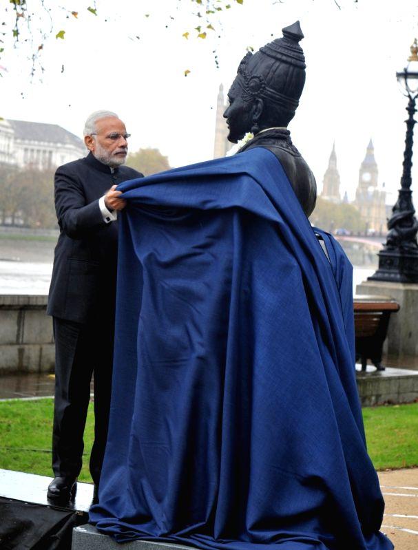 Prime Minister Narendra Modi unveils Basaveshwara Statue, in London on Nov 14, 2015. - Narendra Modi