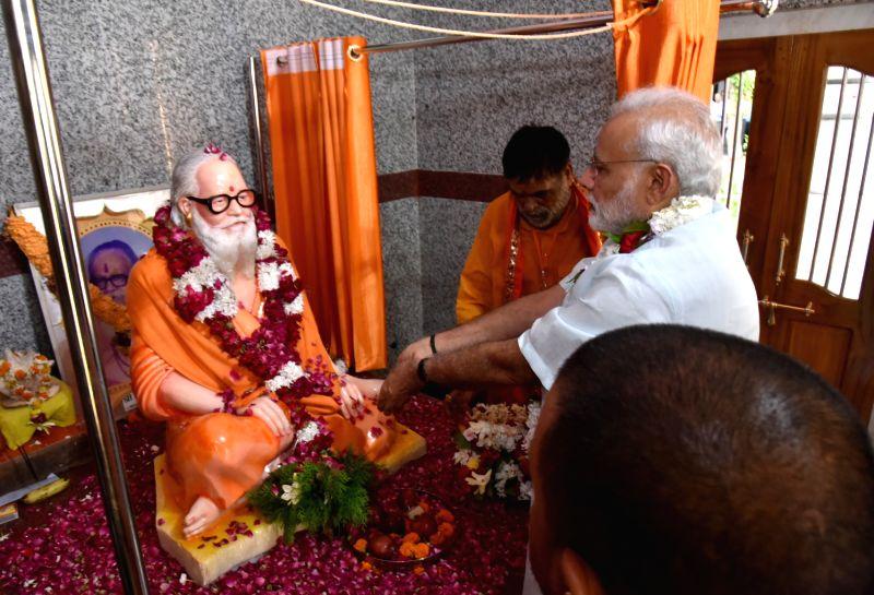 Prime Minister Narendra Modi unveils statue of Mahant Avaidyanath ji, at Gorakhnath Mandir, in Gorakhpur, Uttar Pradesh on July 22, 2016. - Narendra Modi