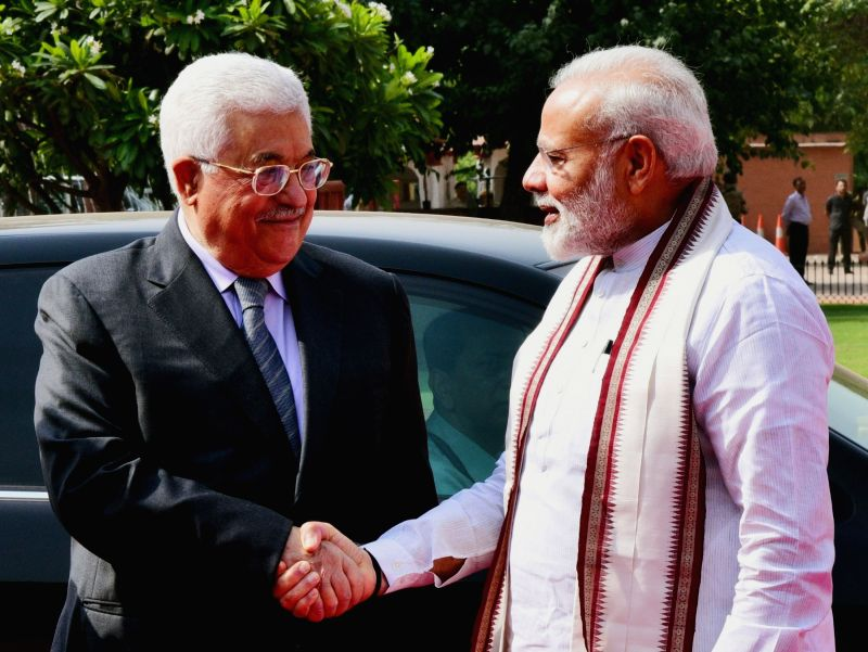 Prime Minister Narendra Modi with the President of the State of Palestine Mahmoud Abbas, at the Ceremonial Reception, at Rashtrapati Bhavan, in New Delhi on May 16, 2017. - Narendra Modi