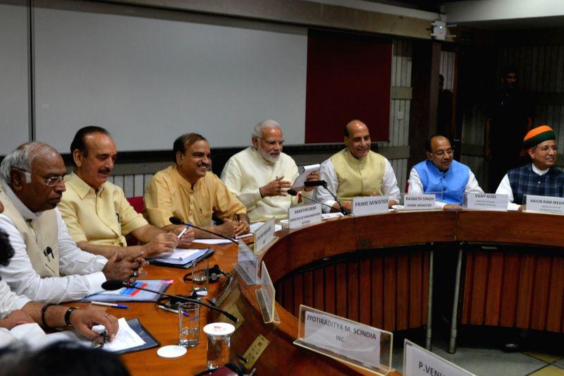 Prime Minister Narendra Modi with Union Ministers and BJP leaders Ananth Kumar, Rajnath Singh, Vijay Goel and Arjun Ram Meghwal, Congress leaders Mallikarjun Kharge and Ghulam Nabi Azad ... - Narendra Modi, Ananth Kumar and Rajnath Singh