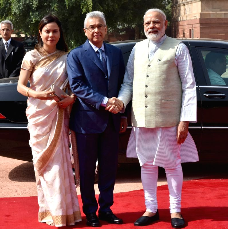 Prime Minister of the Republic of Mauritius Pravind Kumar Jugnauth being received by the Prime Minister Narendra Modi, at the Ceremonial Reception, at Rashtrapati Bhavan, in New Delhi on ... - Narendra Modi and Pravind Kumar Jugnauth