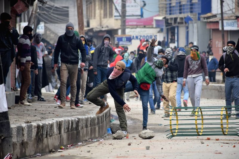 Protesters pelt stones on policemen