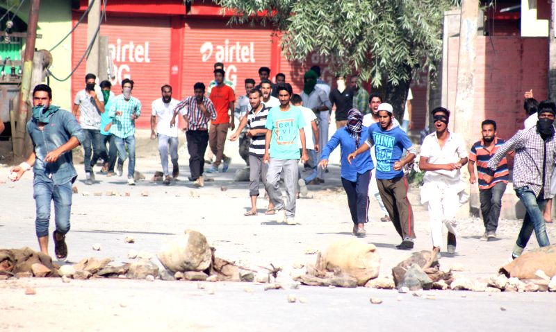 Protesters pelt stones on security personnel in Srinagar on Aug 5, 2016.