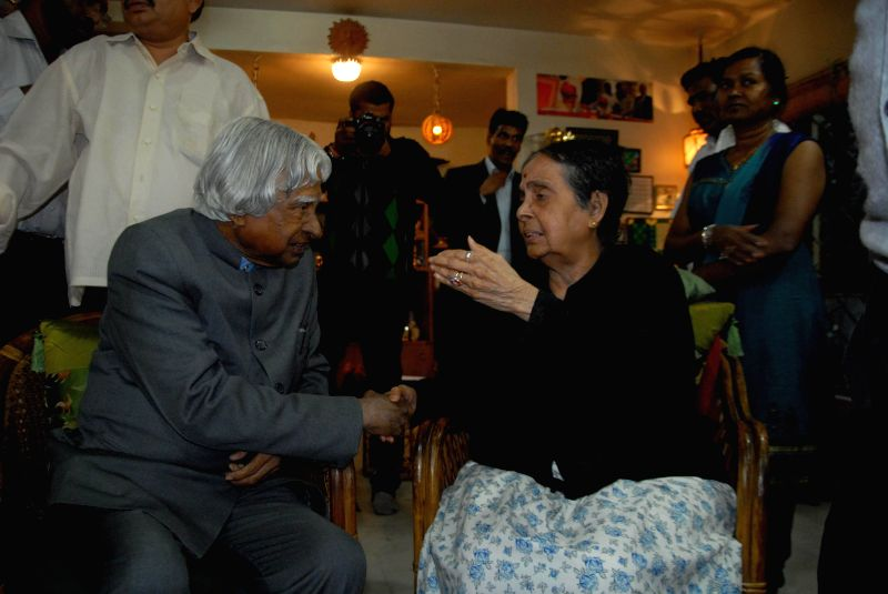 Former President APJ Abdul Kalam talks with Kamala, widow of cartoonist RK Laxman at her residence on Jan. 27, 2015.
