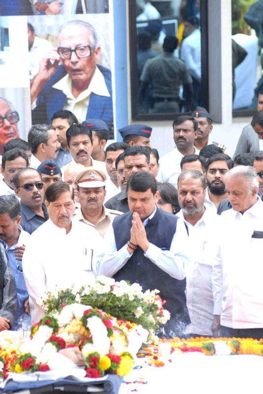 Maharashtra Chief Minister Devendra Fadnavis paying homage to Cartoonist RK Laxman during funeral in Pune on Jan. 27, 2015. - Devendra Fadnavis
