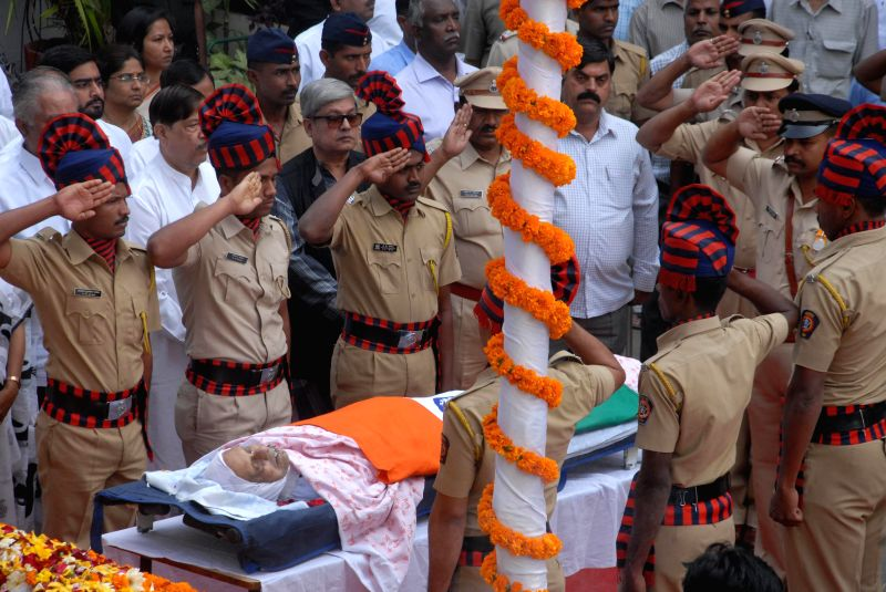 People paying last respect to Cartoonist RK Laxman at his funeral in Pune on Jan. 27, 2015.