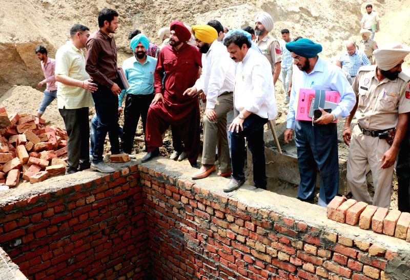 Punjab Cabinet Minister Navjot Singh Sidhu and Amritsar MP Gurjeet Singh Aujla inspect the sewer line laying work in Amritsar on April 21, 2017. - Navjot Singh Sidhu and Gurjeet Singh Aujla
