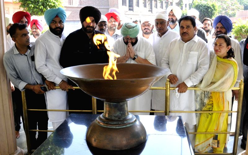 Punjab Chief Minister Capt. Amarinder Singh, Punjab Congress president Sunil Jakhar along with Punjab Cabinet Minister Navjot Singh Sidhu and others congress leaders paying tribute at ... - Capt, Amarinder Singh and Navjot Singh Sidhu