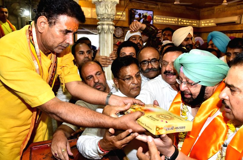 Punjab Chief Minister Capt. Amarinder Singh with Punjab minister Navjot Singh SIdhu and other leaders paying obeisance at Shree Durgiana temple in Amritsar on May 8, 2017. - Capt, Amarinder Singh and Navjot Singh S