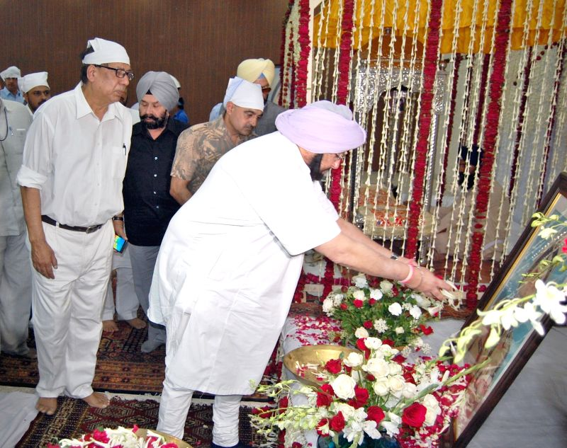 Punjab Chief Minister Captain Amarinder Singh pays tributes to Punjab DGP KPS Gill at Constitution Club in New Delhi on June 3, 2017. - Captain Amarinder Singh