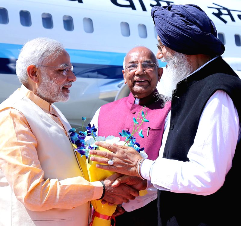 Punjab Chief Minister Parkash Singh Badal welcomes Prime Minister Narendra Modi at Amritsar airport on March 23, 2015. Also seen Punjab Governor Kaptan Singh Solani. - Parkash Singh Badal, Narendra Modi and Kaptan Singh Solani