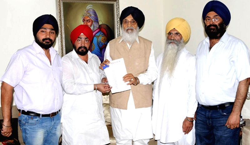 Punjab Chief Minister Parkash Singh Badal meets a Sikh delegation from Saharanpur, Uttar Pradesh at his residence in Chandigarh on July 30, 2014. - Parkash Singh Badal