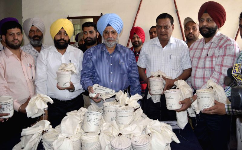 Punjab special operation cell officers showing 22 kilogram of heroin valued about 110 crores in international market, confiscated in Amritsar on April 26, 2014.