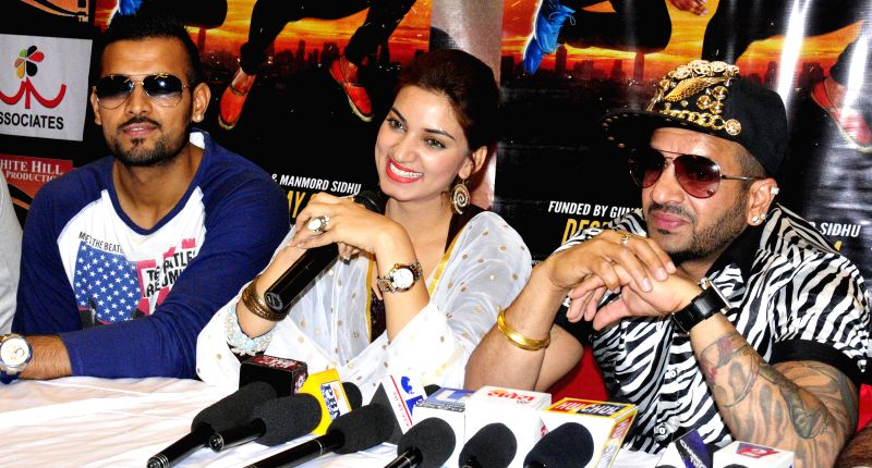 Punjabi singers and actors Jaswinder Singh Bains  and Garry Sandhu  with actress Parul Gulati during a press conference to promote their upcoming film Romeo Ranjha in Amritsar on May 12, 2014. - Parul Gulati and Jaswinder Singh Bains