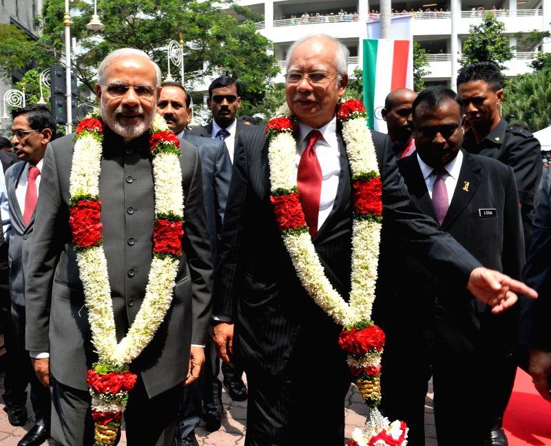 Putrajaya (Malaysia): Prime Minister Narendra Modi and the Prime Minister of Malaysia, Najib Razak at the Torana Gate inauguration ceremony, in Putrajaya, Malaysia on Nov 23, 2015. - Narendra Modi