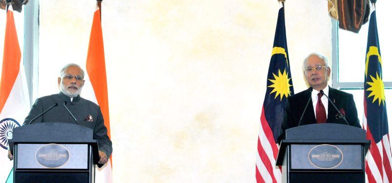 Putrajaya (Malaysia): Prime Minister Narendra Modi and Prime Minister of Malaysia Najib Razak during a joint press conference, in Putrajaya, Malaysia on Nov 23, 2015. - Narendra Modi