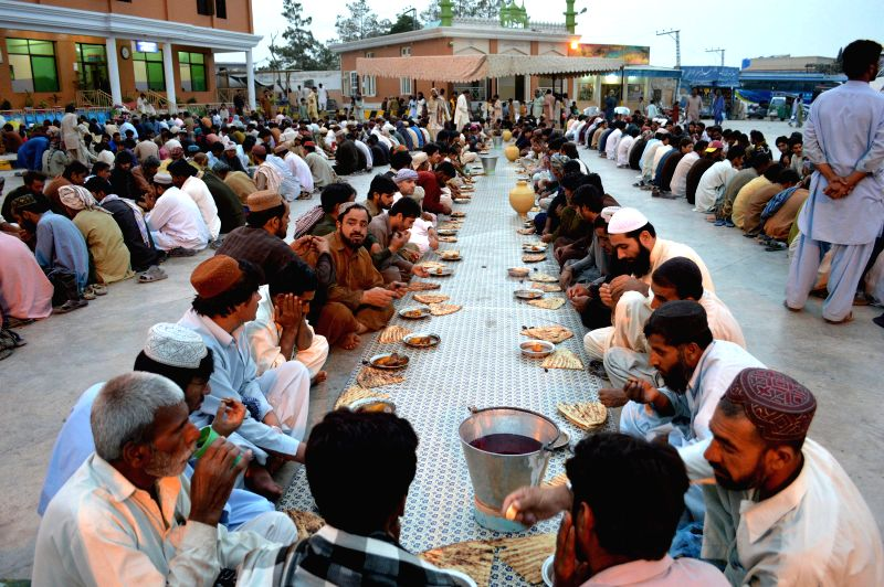 Muslim devotees wait to break their fast during the holy fasting month of Ramadan in southwest Pakistan's Quetta on July 5, 2014.  ****Authorized ..