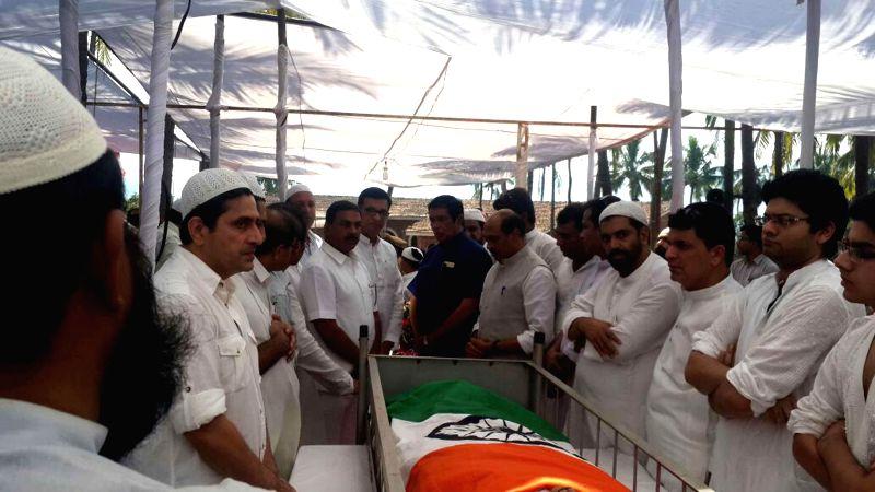 Congress leaders pay tribute to former Maharashtra chief minister A.R. Antulay at Raigad, Maharashtra on Dec 3, 2014.