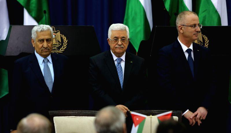 Palestinian President Mahmoud Abbas (C), Palestinian Prime Minister Rami Hamdallah (R) and his Jordanian counterpart Abdullah Ensour attend a joint press ... - Rami Hamdallah