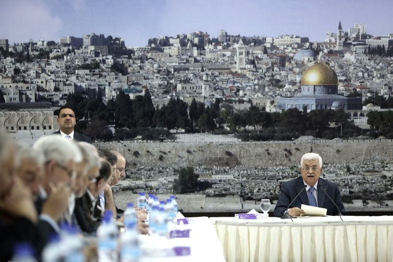 Palestinian President Mahmoud Abbas (R) speaks during an urgent meeting of the Palestinian leadership in the west bank city of Ramallah on July 22, 2014.