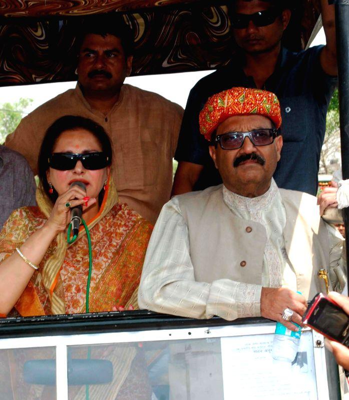 Rashtriya Lok Dal (RLD) leaders Jaya Prada and Amar Singh during a roadshow in Khedagadh, near Fatehpur Sikri on April 13, 2014. - Amar Singh