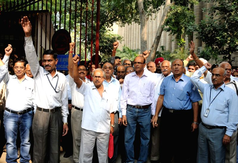 RBI staff stage a demonstration to press for revision of pension in New Delhi, on Oct 27, 2015.