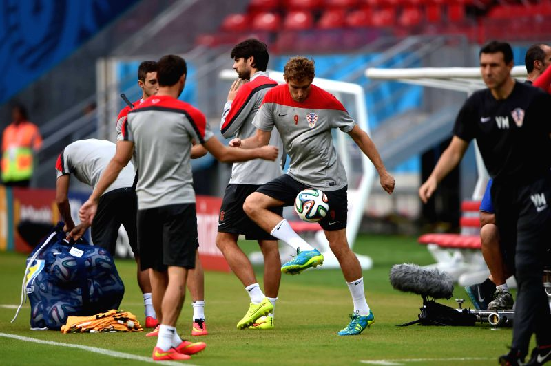 Croatia's Nikica Jelavic (C) warms up in a training session ahead of a Group A match between Croatia and Mexico of 2014 FIFA World Cup at the Arena Pernambuco ...