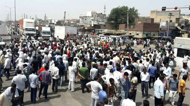 Residents of Sohna stage a demonstration to protest against abduction of a girl on May 24, 2017.