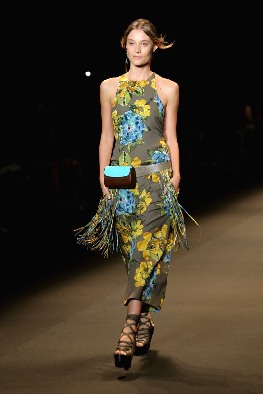 A model presents a creation of Espaco Fashion during Fashion Rio Summer 2015 in Rio de Janeiro, Brazil, on April 9, 2014. Photo: (Xinhua/Xu Zijian) ...