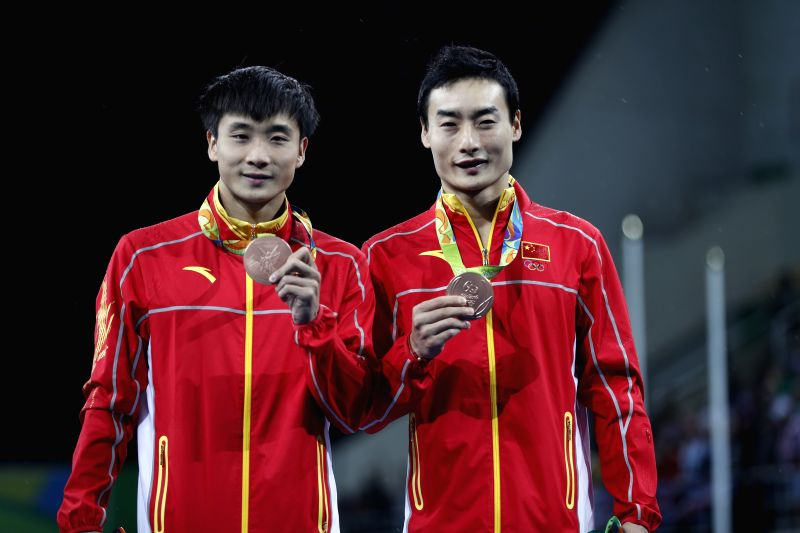 RIO DE JANEIRO, Aug. 10, 2016 - Bronze medalists China's Cao Yuan and Qin Kai show thier medals during the awarding ceremony of men's synchronized 3m springboard final at the 2016 Rio Olympic Games ...