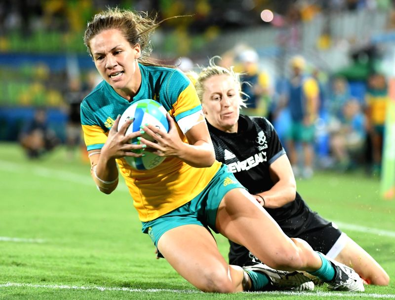 RIO DE JANEIRO, Aug. 8, 2016 - Evania Pelite of Australia (L) competes during the gold medal match of women's rugby sevens between Australia and New Zealand at the 2016 Rio Olympic Games in Rio de ...