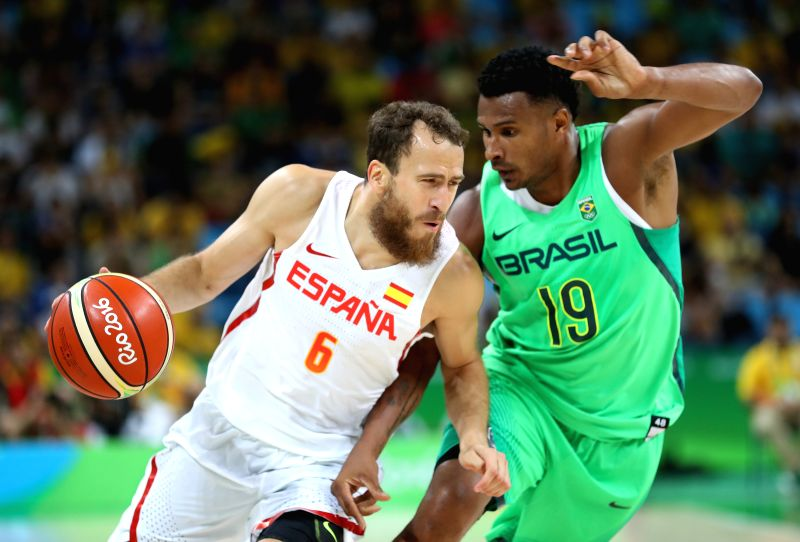 RIO DE JANEIRO, Aug. 9, 2016 - Sergio Rodriguez (L) of Spain competes during the men's basketball preliminary group B between Brazil and Spain at the 2016 Rio Olympic Games in Rio de Janeiro, Brazil, ...
