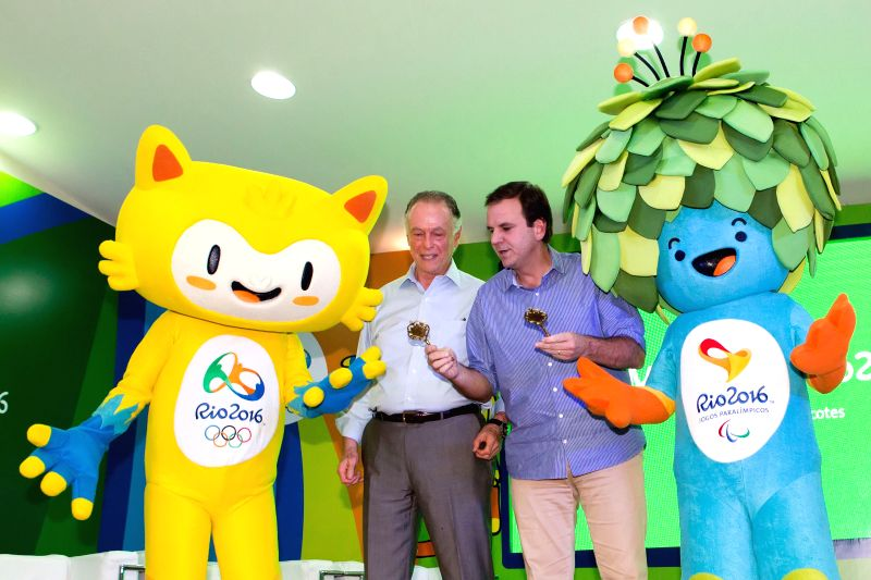 Rio De Janeiro (Brazil): Eduardo Paes (2nd R), mayor of the city of Rio de Janeiro, presents the key of Rio de janeiro to the mascots in Rio de Janeiro, Brazil, Nov. 24, 2014. The unveiling ceremony .