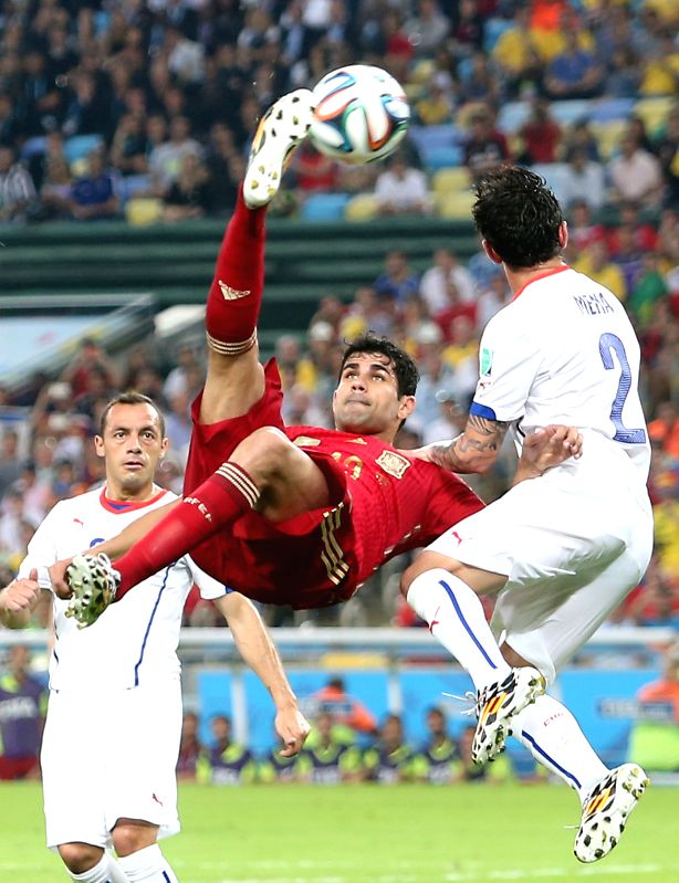 Spain's Diego Costa (C) makes an overhead kick during a Group B match between Spain and Chile of 2014 FIFA World Cup at the Estadio do Maracana Stadium in ...