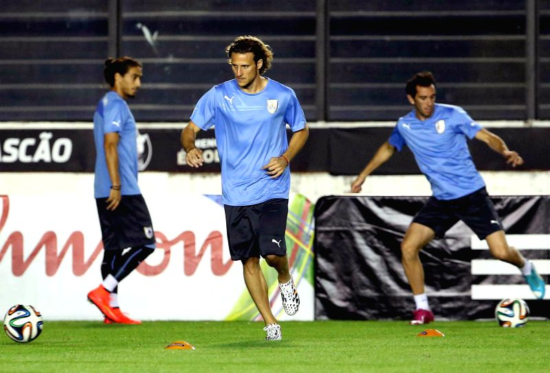 Uruguay's National Team player Diego Forlan (C) attends a training session in Rio de Janeiro, Brazil, on June 27, 2014. Uruguay will face Colombia next ...