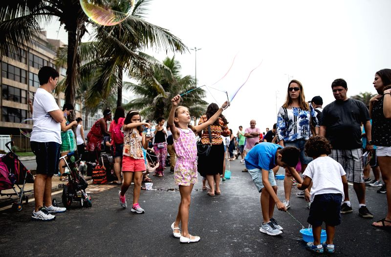 RIO DE JANEIRO, May 28, 2017 - Children make soap bubbles during the 2017 Global Bubble Parade event at Ipanema Beach in Rio de Janeiro, Brazil, on May 28, 2017. Global Bubble Parade is an ...