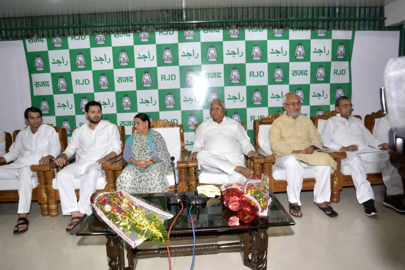 RJD chief Lalu Prasad Yadav, Rabri Devi, Abdul Bari Siddiqui, Tejaswi Yadav, Tejpratap Yadav and others during a party meeting in Patna on July 31, 2016. - Lalu Prasad Yadav, Tejaswi Yadav and Tejpratap Yadav