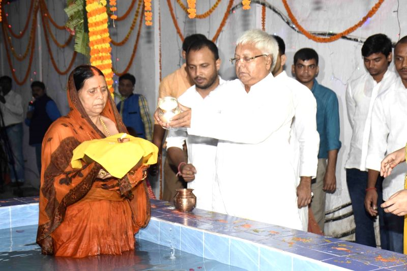 RJD leaders Lalu Prasad Yadav and Rabri Devi celebrate Chhath Puja at their residence in Patna on Nov 18, 2015. - Lalu Prasad Yadav