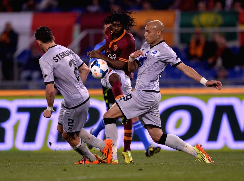 AS Roma's Gervinho (C) vies with Atalanta's Guglielmo Stendardo (L) during their Italian Serie A soccer match at the Olympic stadium in Rome, Italy, April 12, 2014. ..