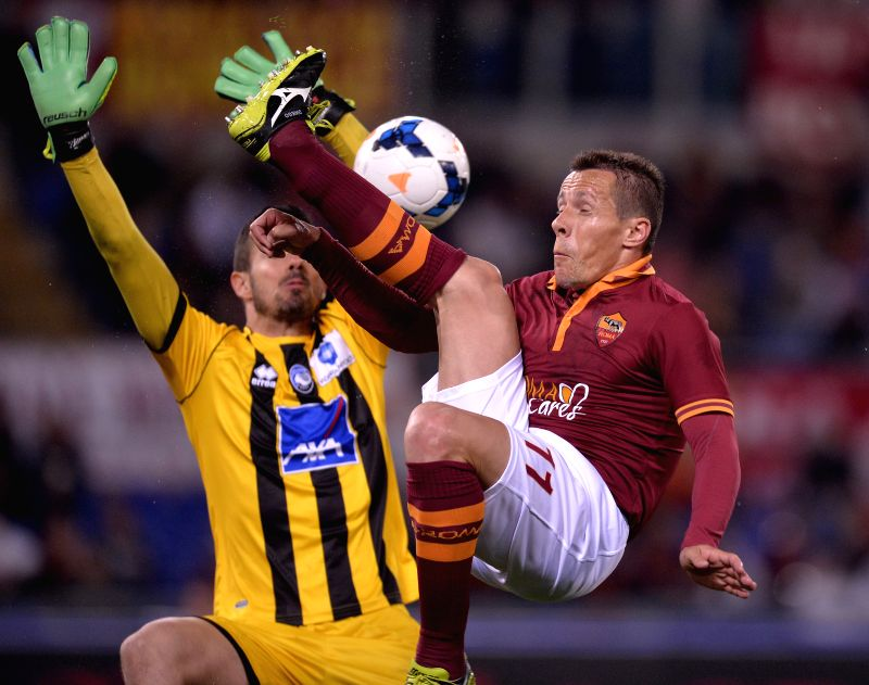 AS Roma's Rodrigo Taddei (R) vies with Atalanta's goalkeeper Andrea Consigli during their Italian Serie A soccer match at the Olympic stadium in Rome, Italy, April ...